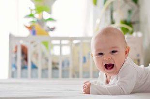 نمو الطفل وتطوره بعمر 4 أشهر