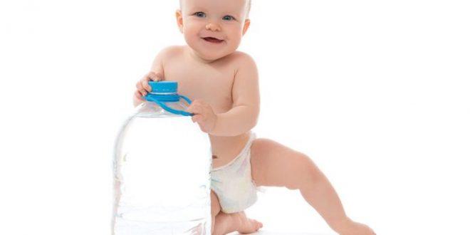 الوقت المناسب لتقديم الماء للأطفال وكيفيه ذلك