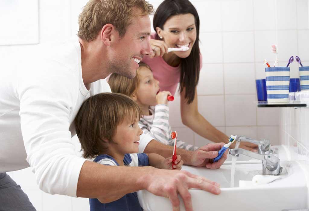 نقاط يجب وضعها في الاعتبار أثناء البدء في تنظيف أسنان طفلك