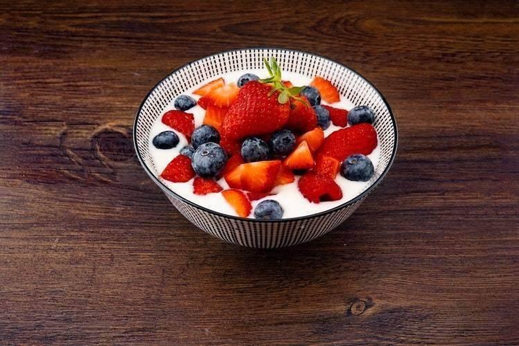 الزبادي بالتوت أو الفراولة