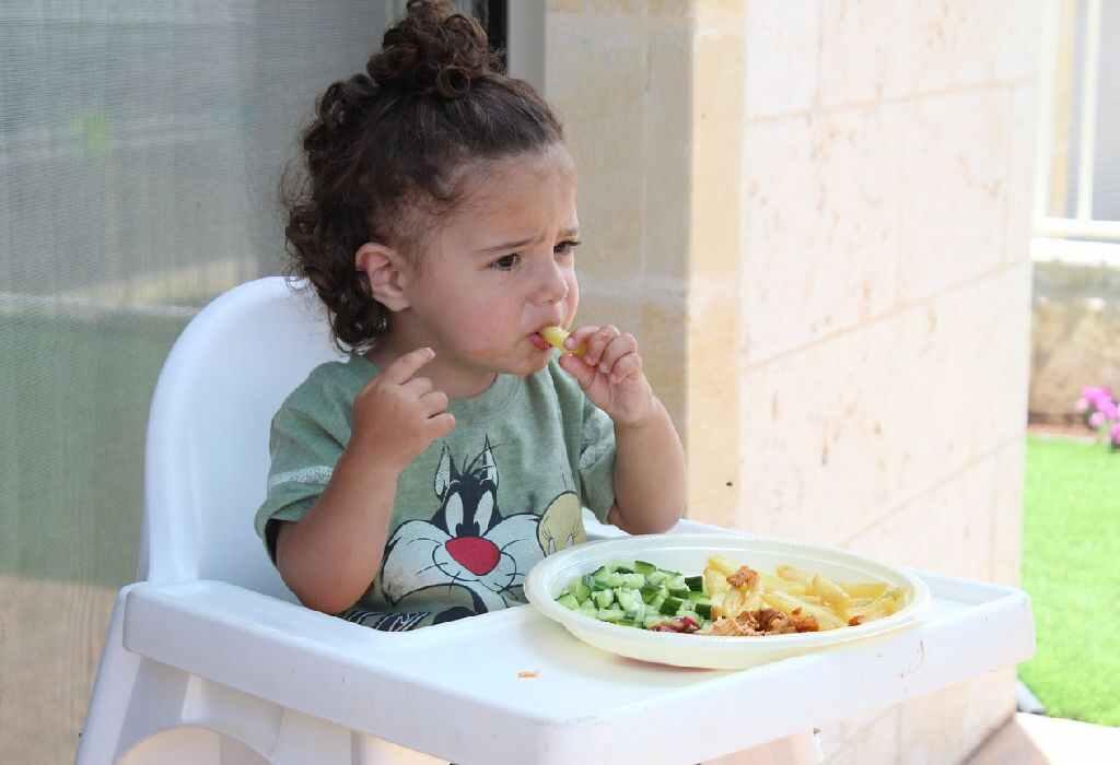 قومي بتشجيع طفلك علي الأكل المستقل