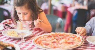 علم طفلك أن يأكل بنفسه ليكون مستقلا