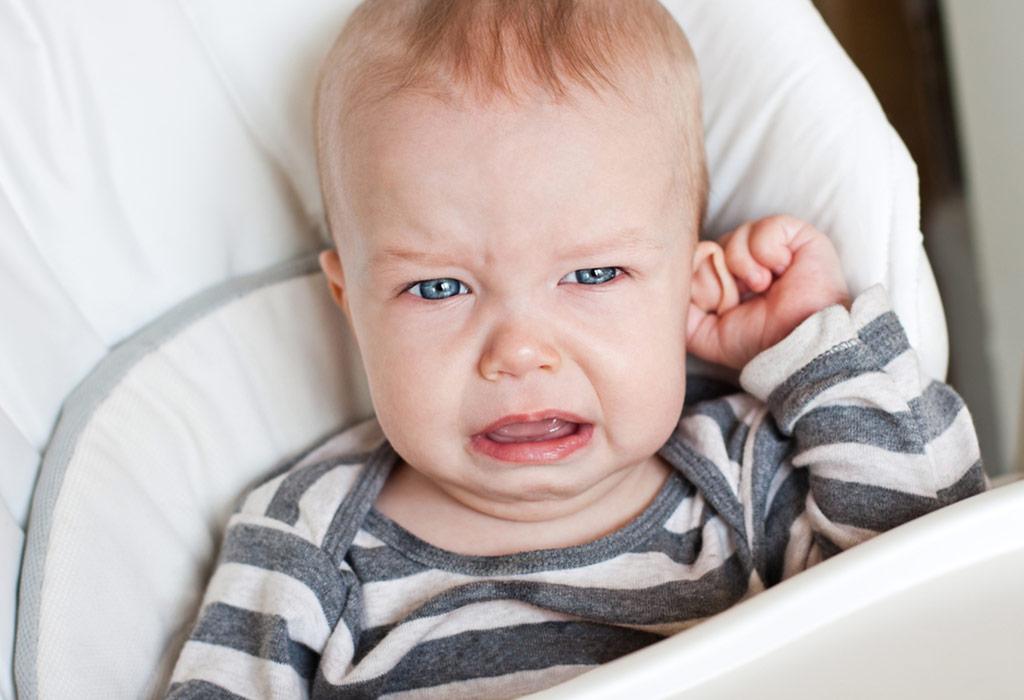 ما الذي يسبب التهابات الأذن عند الأطفال؟
