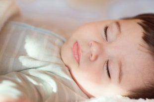 كم من النوم يحتاج الرضيع (الأطفال حديثي الولادة إلى عمر 12 شهرًا)