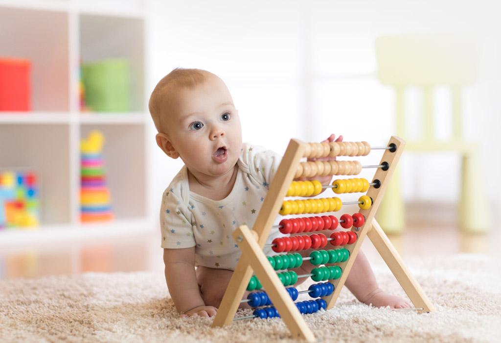 ٣. طفل بعمر ٤ إلى ٨ أشهر